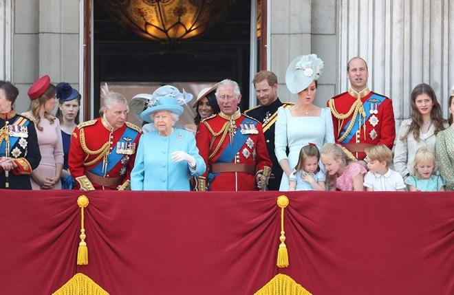 Cách công nương Kate dỗ con nín khóc trước chỗ đông người được khen hết lời - Ảnh 1.