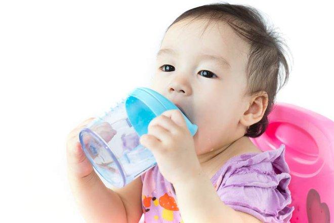 Nếu đang cho con dùng cốc tập uống, thì đây là lý do mà bạn nên suy nghĩ lại - Ảnh 2.