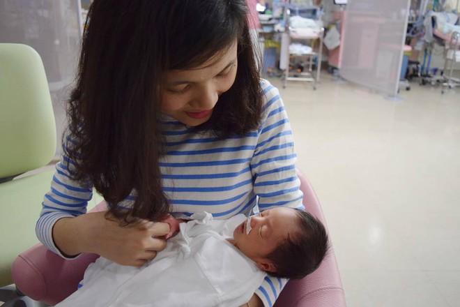 Mẹ Việt kể lại hành trình mang song thai phải truyền thuốc 24/7 và 1 tay chăm hai con ở nơi đất khách quê người - Ảnh 3.