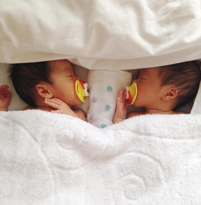 Mẹ Việt kể lại hành trình mang song thai phải truyền thuốc 24/7 và 1 tay chăm hai con ở nơi đất khách quê người - Ảnh 4.