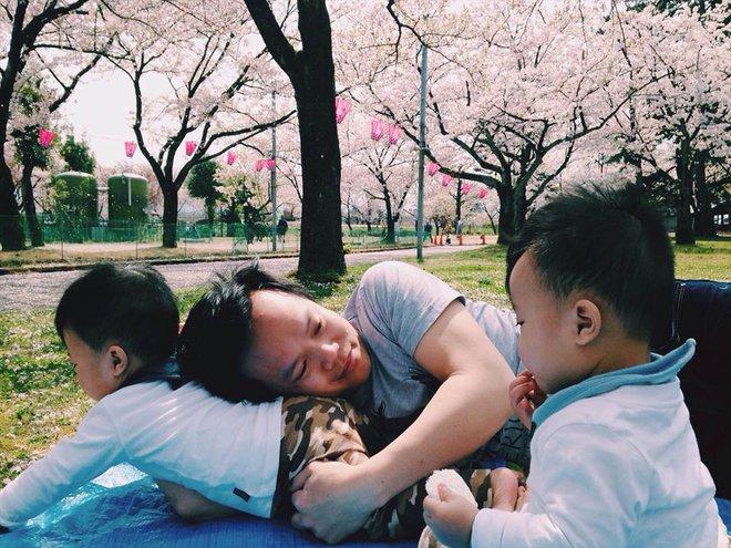 Mẹ Việt kể lại hành trình mang song thai phải truyền thuốc 24/7 và 1 tay chăm hai con ở nơi đất khách quê người - Ảnh 8.