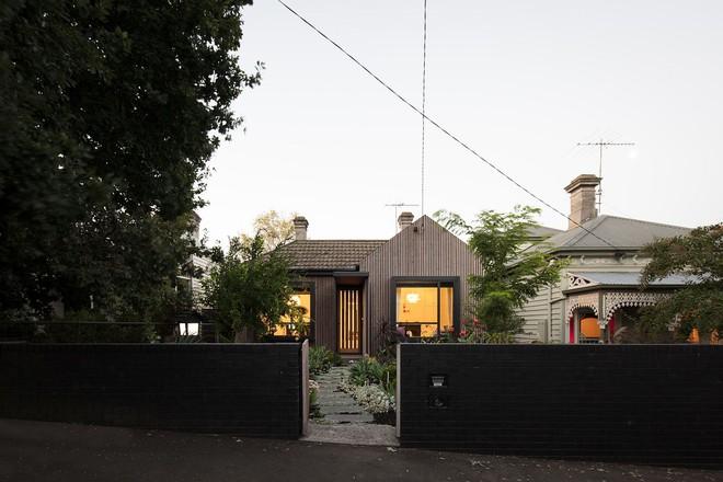 Giữa lòng thành phố mọc lên ngôi nhà kiểu nông thôn có thảm thực vật xanh mát khiến ai đi qua cũng phải ngoái nhìn - Ảnh 2.