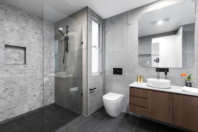 Chẳng cần biết diện tích lớn bé ra sao nhưng phòng tắm nhà ai cũng phải có món đồ này - Ảnh 4.