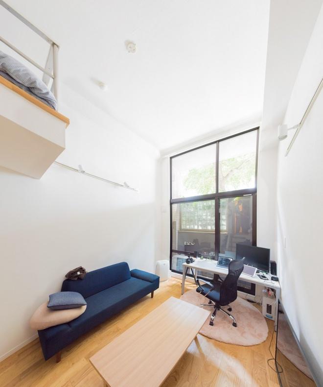 Căn hộ nhỏ chỉ vỏn vẹn 10m² trên tầng áp mái xinh vô cùng của chàng trai trẻ ở Tokyo, Nhật Bản - Ảnh 2.
