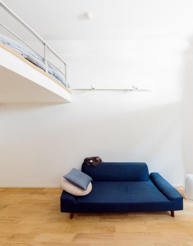 Căn hộ nhỏ chỉ vỏn vẹn 10m² trên tầng áp mái xinh vô cùng của chàng trai trẻ ở Tokyo, Nhật Bản - Ảnh 3.