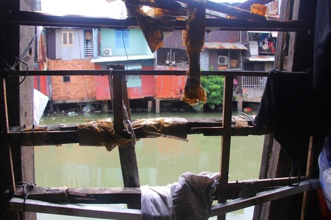 Cuộc sống ngập ngụa mùi rác bên cạnh con rạch ô nhiễm nhất Sài Gòn - Ảnh 7.