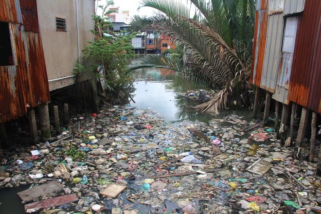 Cuộc sống ngập ngụa mùi rác bên cạnh con rạch ô nhiễm nhất Sài Gòn - Ảnh 2.