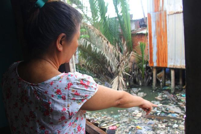 Cuộc sống ngập ngụa mùi rác bên cạnh con rạch ô nhiễm nhất Sài Gòn - Ảnh 4.