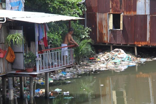 Cuộc sống ngập ngụa mùi rác bên cạnh con rạch ô nhiễm nhất Sài Gòn - Ảnh 14.