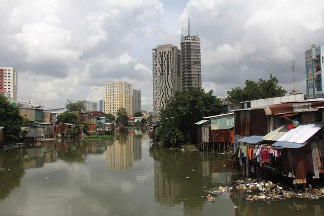 Cuộc sống ngập ngụa mùi rác bên cạnh con rạch ô nhiễm nhất Sài Gòn - Ảnh 1.