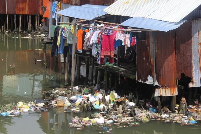 Cuộc sống ngập ngụa mùi rác bên cạnh con rạch ô nhiễm nhất Sài Gòn - Ảnh 15.