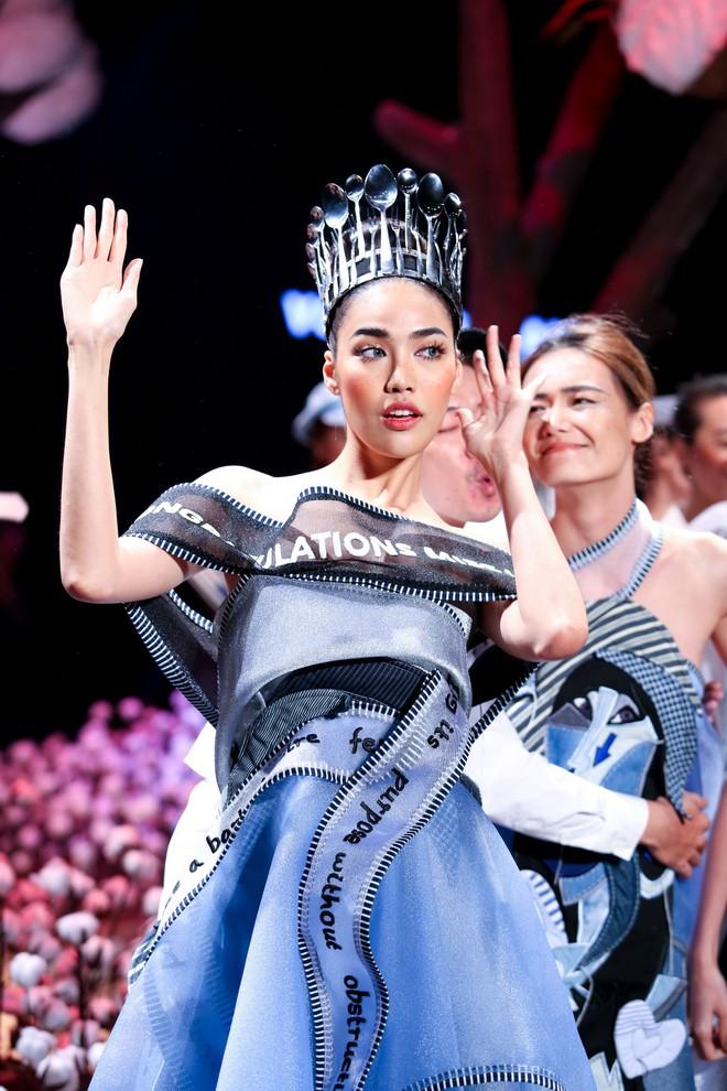 Đừng chỉ quan tâm đến thị phi, mà quên rằng Lan Khuê cũng là một người mẫu có những bước catwalk thần xầu khó ai sánh bằng - Ảnh 3.