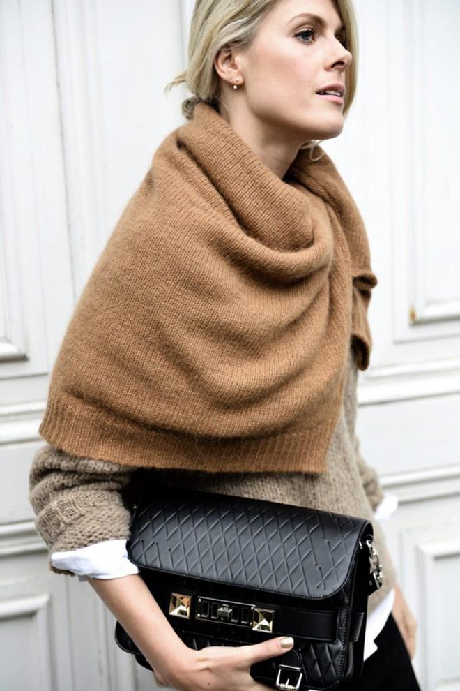 Vừa ấm áp lại vừa trendy với trào lưu biến áo len thành khăn quàng - Ảnh 3.