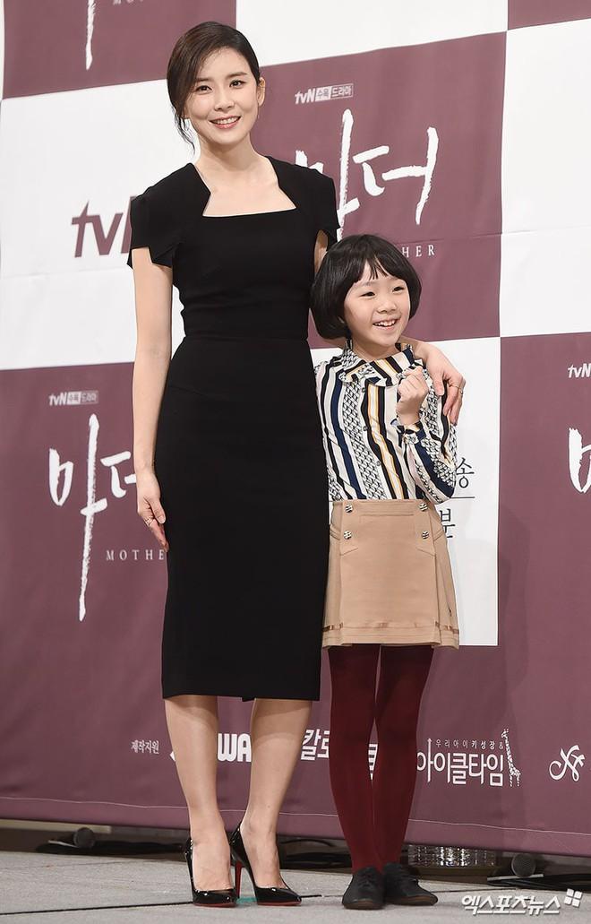 Cựu Hoa hậu Hàn Lee Bo Young đẹp quý phái bên con gái - Ảnh 4.