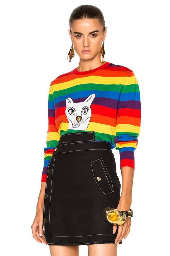 Khắp các thương hiệu thời trang, từ bình dân đến cao cấp đều đăng lăng xê kiểu áo len màu sắc này  - Ảnh 11.