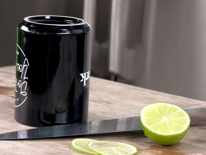 Nếu dao cùn quá, dụng cụ mài dao lại không có thì vớ ngay chiếc cốc uống nước - Ảnh 1.