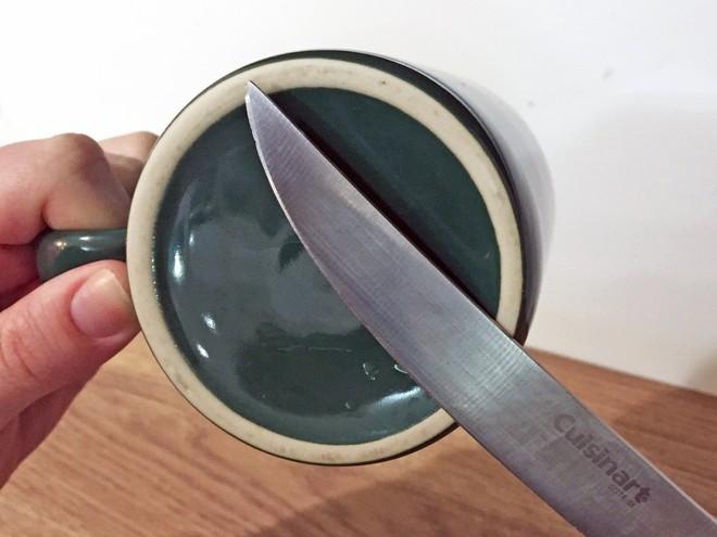 Nếu dao cùn quá, dụng cụ mài dao lại không có thì vớ ngay chiếc cốc uống nước - Ảnh 2.