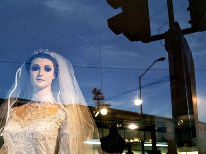 Bí ẩn chuyện cửa hàng váy cưới dùng xác ướp người chết làm ma-nơ-canh, hơn 80 năm rồi vẫn chưa có câu trả lời thuyết phục - Ảnh 7.