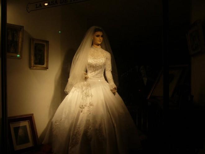 Bí ẩn chuyện cửa hàng váy cưới dùng xác ướp người chết làm ma-nơ-canh, hơn 80 năm rồi vẫn chưa có câu trả lời thuyết phục - Ảnh 6.