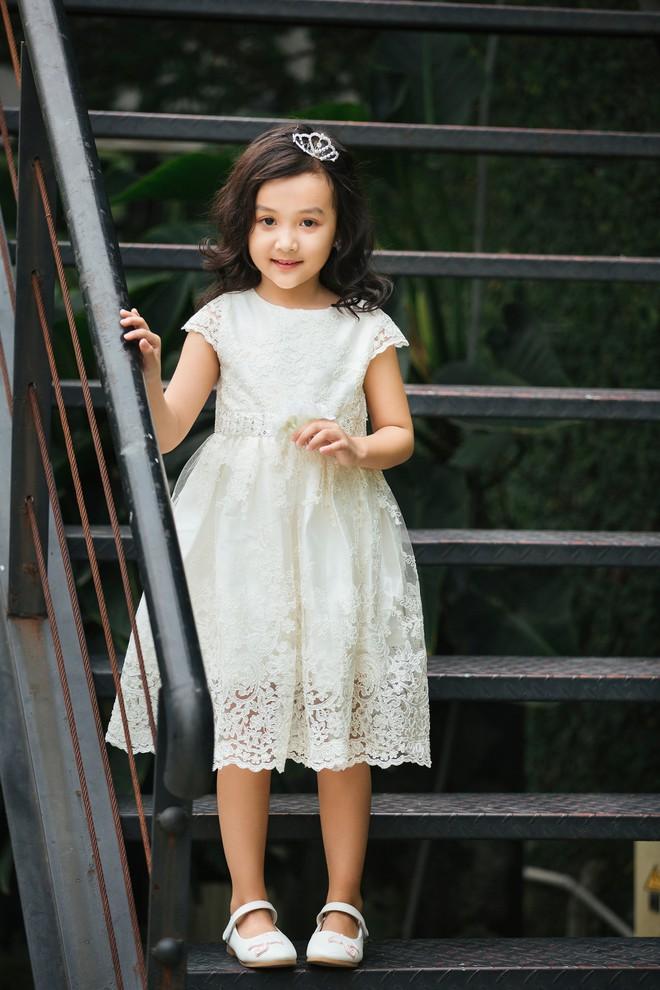 Loạt ảnh giải mã độ đáng yêu của mẫu nhí được ví là bản sao của Angela Phương Trinh - Ảnh 1.