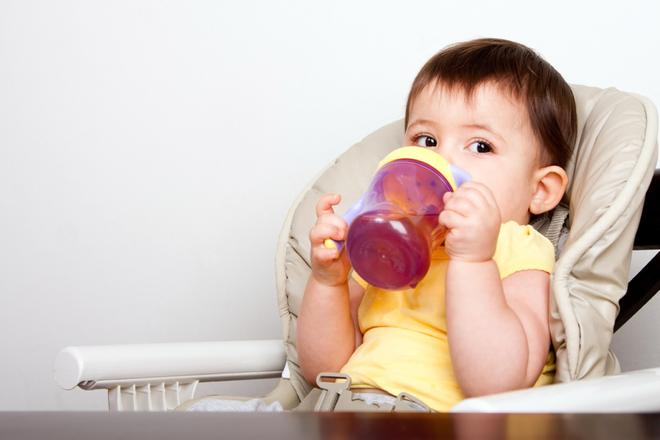 Ba loại bình tập uống đầu đời tốt nhất cho trẻ bắt đầu ăn dặm - Ảnh 1.