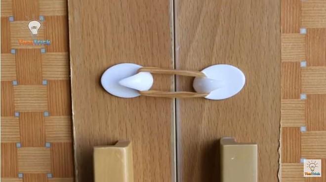 Dán 4 chiếc móc dán tường theo kiểu này, ai biết mục đích cũng khen bạn ngăn nắp, gọn gàng - Ảnh 5.