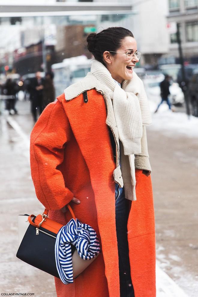 Vừa ấm áp lại vừa trendy với trào lưu biến áo len thành khăn quàng - Ảnh 8.