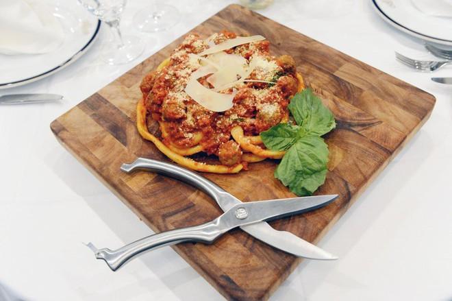 Món mì Ý độc đáo sợi dài hơn 9 mét, chỉ riêng vê sợi đã mất 30 phút - Ảnh 2.