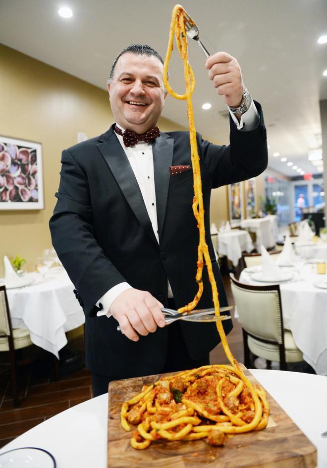 Món mì Ý độc đáo sợi dài hơn 9 mét, chỉ riêng vê sợi đã mất 30 phút - Ảnh 3.