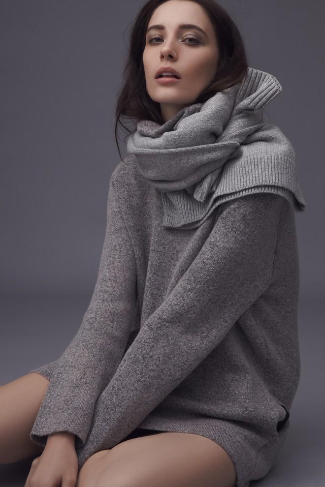 Vừa ấm áp lại vừa trendy với trào lưu biến áo len thành khăn quàng - Ảnh 7.