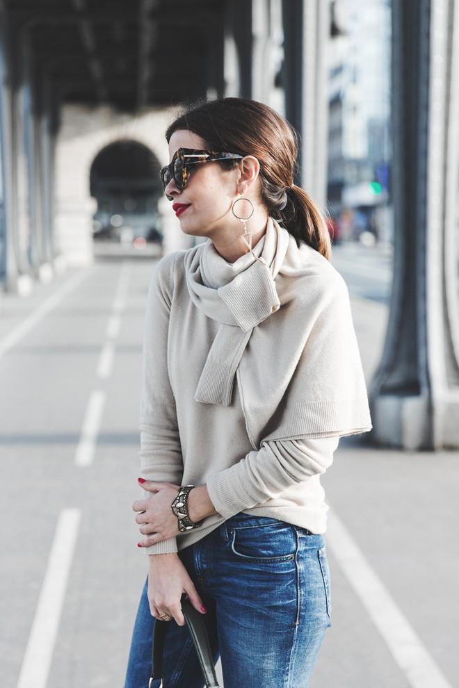 Vừa ấm áp lại vừa trendy với trào lưu biến áo len thành khăn quàng - Ảnh 10.