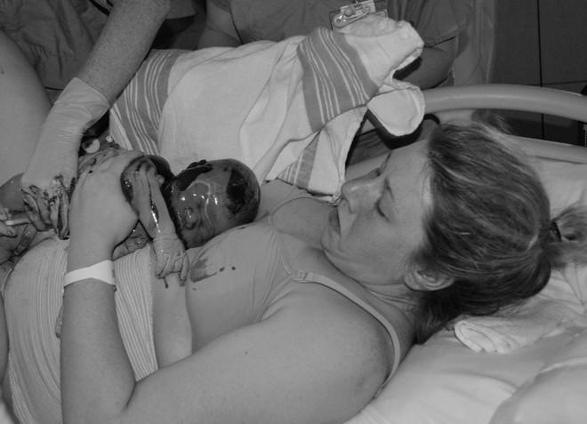 Những bức ảnh sinh nở cực hiếm khi em bé chào đời còn nguyên trong túi ối - Ảnh 11.