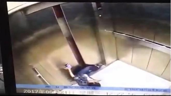 Mải mê xem điện thoại, người phụ nữ vấp té và bị thang máy nghiến mất chân - Ảnh 2.