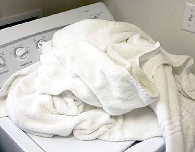 Chỉ cần làm cách này, khăn tắm sẽ không bao giờ có mùi nữa - Ảnh 2.