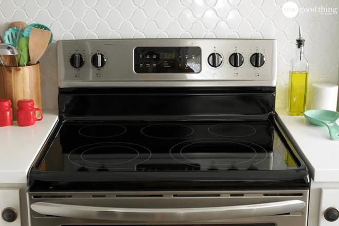 Làm sạch bếp từ chưa bao giờ nhanh gọn, tiện lợi đến thế với nguyên liệu có sẵn trong nhà bếp - Ảnh 1.