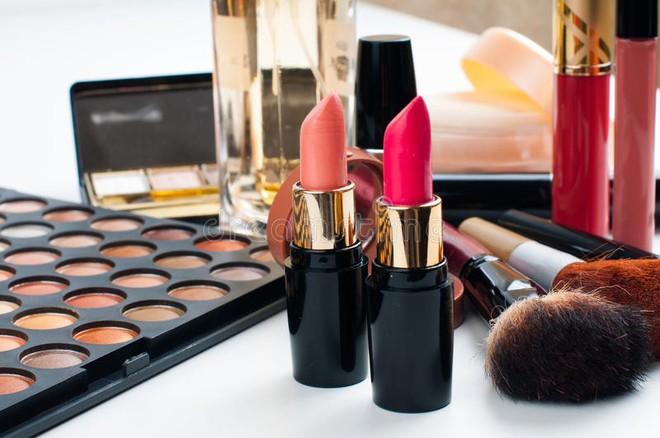 Hàn Quốc: Phấn mắt, son môi, mascara dùng thử chứa vi khuẩn gây hại - Ảnh 1.