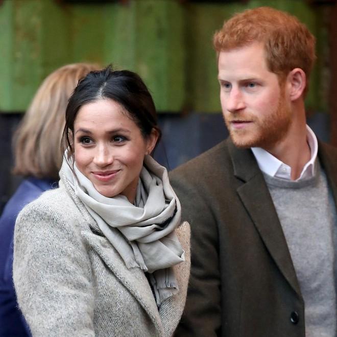 Ngoài nhẫn đính ước, hôn thê của hoàng tử Harry còn đeo ba chiếc nhẫn đặc biệt, tiết lộ phần nào về tính cách của cô - Ảnh 2.