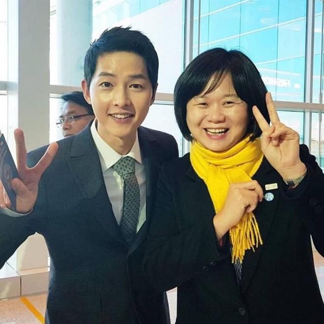 Vừa trở về sau chuyến du lịch cùng vợ yêu, Song Joong Ki đã bận rộn đi sự kiện cùng Tổng thống Hàn - Ảnh 3.