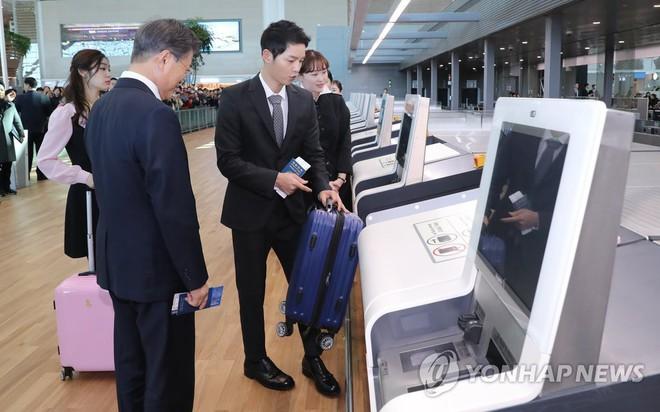 Vừa trở về sau chuyến du lịch cùng vợ yêu, Song Joong Ki đã bận rộn đi sự kiện cùng Tổng thống Hàn - Ảnh 4.