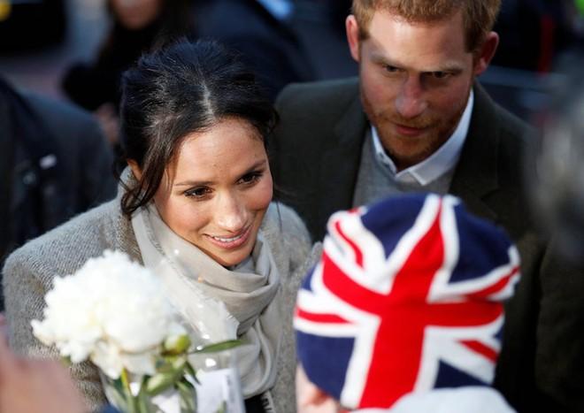 Ngoài nhẫn đính ước, hôn thê của hoàng tử Harry còn đeo ba chiếc nhẫn đặc biệt, tiết lộ phần nào về tính cách của cô - Ảnh 1.