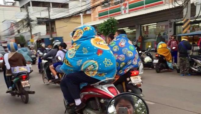 Vốn nổi tiếng nóng nực ngột ngạt quanh năm, giờ người dân Bangkok cũng trùm chăn đi xe máy vì trời lạnh! - Ảnh 1.