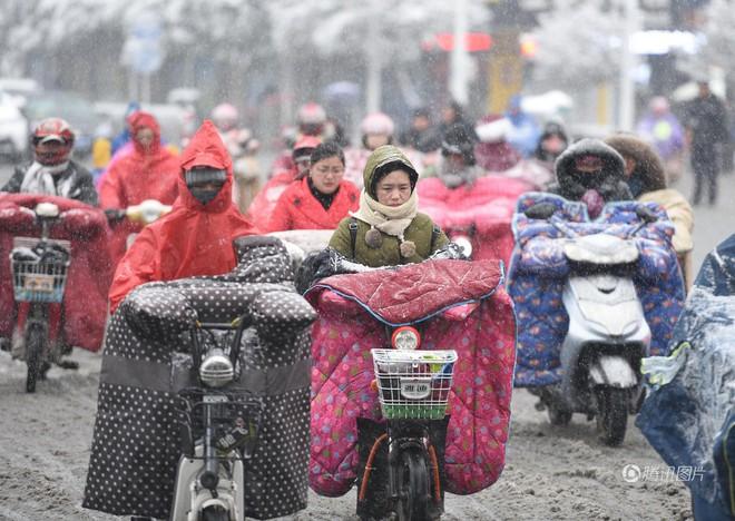 Vốn nổi tiếng nóng nực ngột ngạt quanh năm, giờ người dân Bangkok cũng trùm chăn đi xe máy vì trời lạnh! - Ảnh 2.