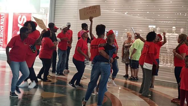 Vì chiếc áo phân biệt chủng tộc mà loạt store của H&M tại Nam Phi bị phá thảm hại, cả ngàn người biểu tình - Ảnh 1.