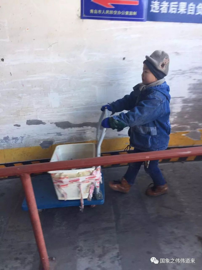 Mẹ tái giá, bố bặt vô âm tín, bé trai 6 tuổi phải đi giao hàng giữa trời đông để kiếm sống 1