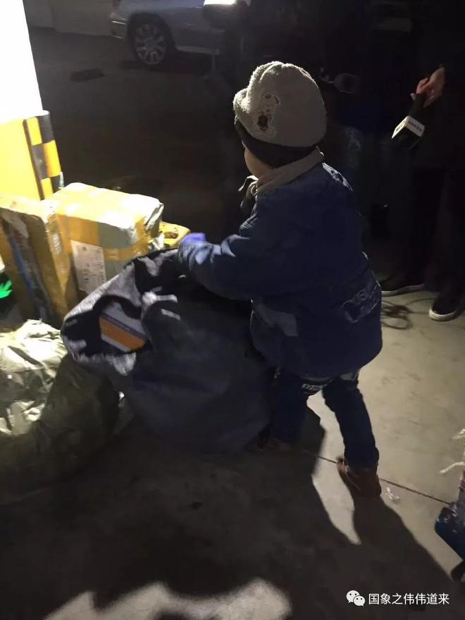 Mẹ tái giá, bố bặt vô âm tín, bé trai 6 tuổi phải đi giao hàng giữa trời đông để kiếm sống 2