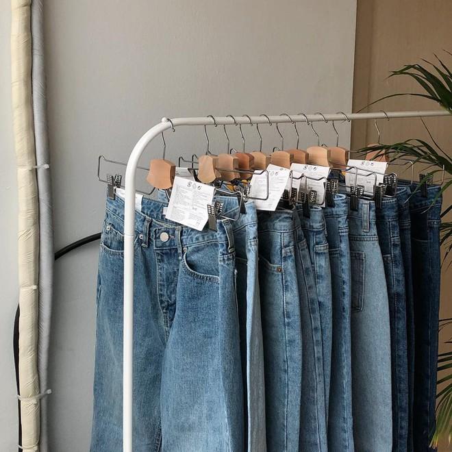 Nếu đang định sắm skinny jeans, bạn đừng mua loại bó chịt mà hãy chọn dáng ôm vừa phải như thế này mới là đúng mốt 2018 - Ảnh 2.