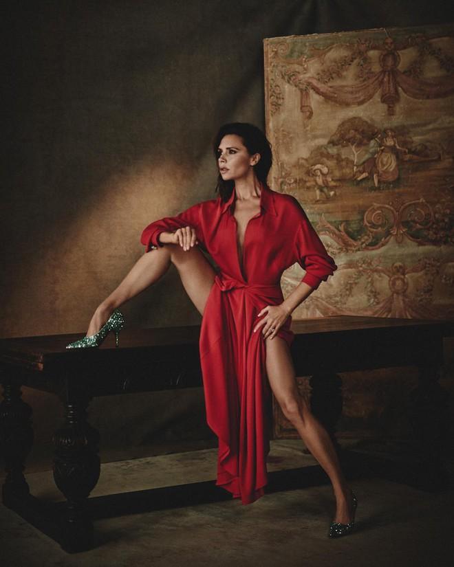 Mê cao gót nhưng Victoria Beckham lại khiến bàn chân trông thật khốn khổ khi phải tạo dáng căng - Ảnh 1.