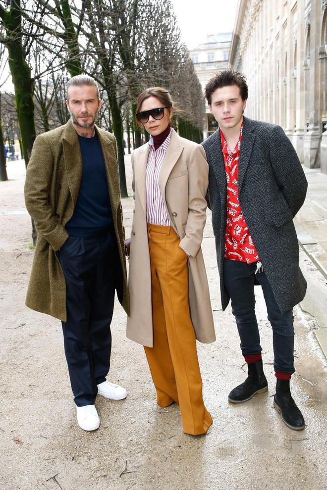 Dắt díu nhau dự show Louis Vuitton, Victoria Beckham trông cool ngầu chẳng kém chồng và con trai - Ảnh 1.
