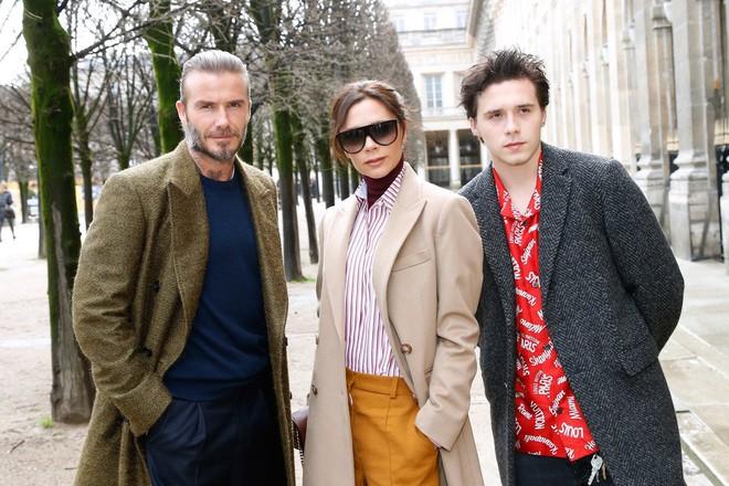 Dắt díu nhau dự show Louis Vuitton, Victoria Beckham trông cool ngầu chẳng kém chồng và con trai - Ảnh 2.