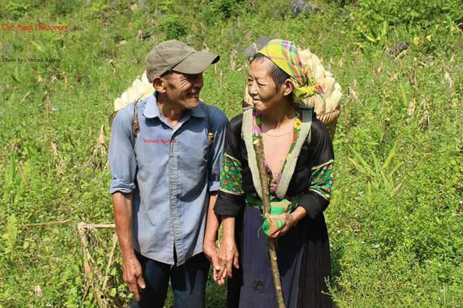 Nụ cười và cái nắm tay của hai ông bà cụ miền sơn cước khiến giới trẻ ước gì có một tình yêu như thế - Ảnh 1.